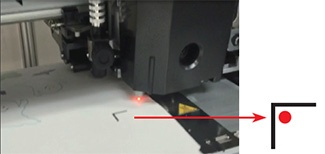 A luz vermelha do sensor dentro da marca de registro.